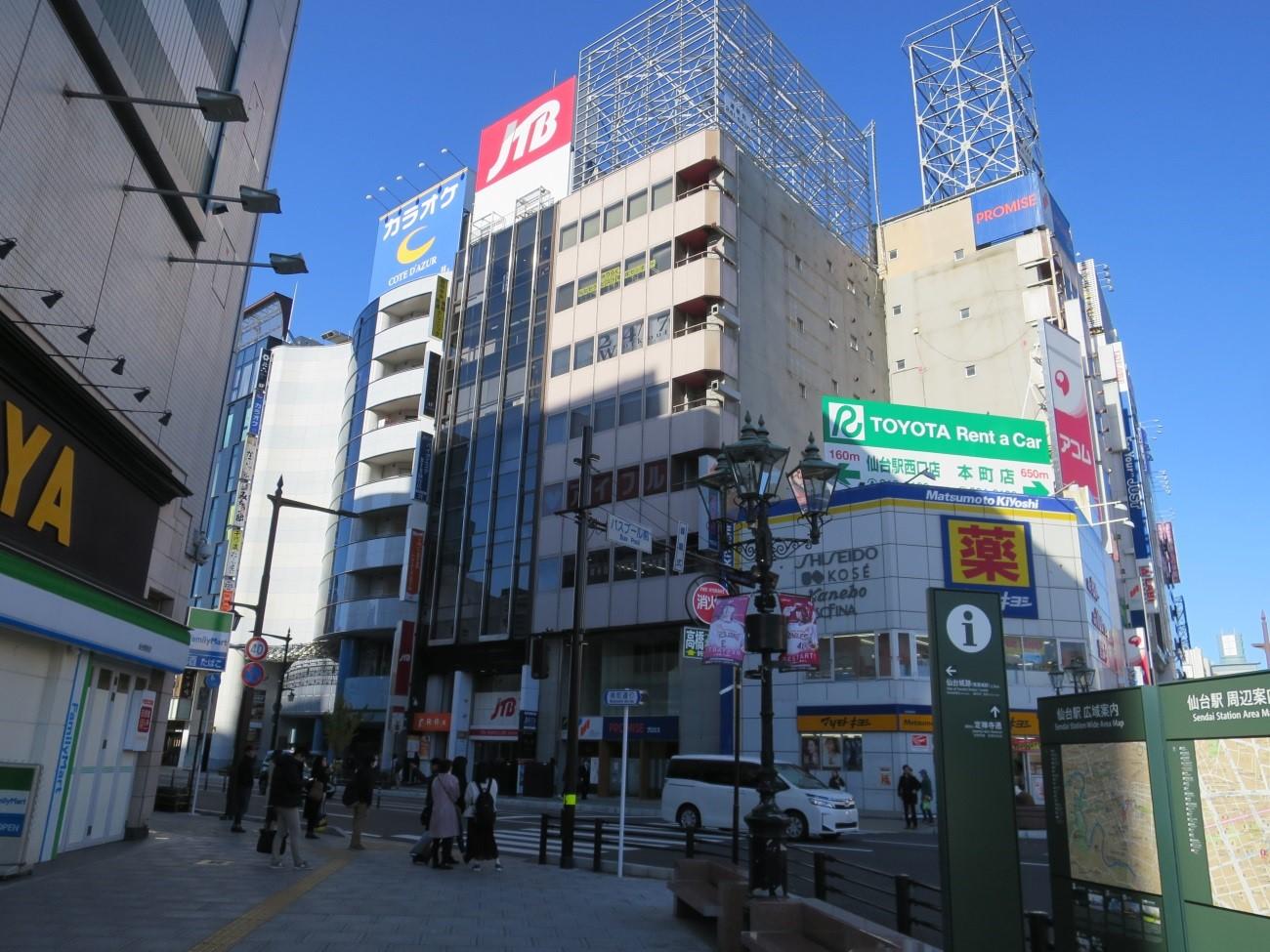 横断歩道を渡って 薬 マツモトキヨシ の2軒隣りのビルです。