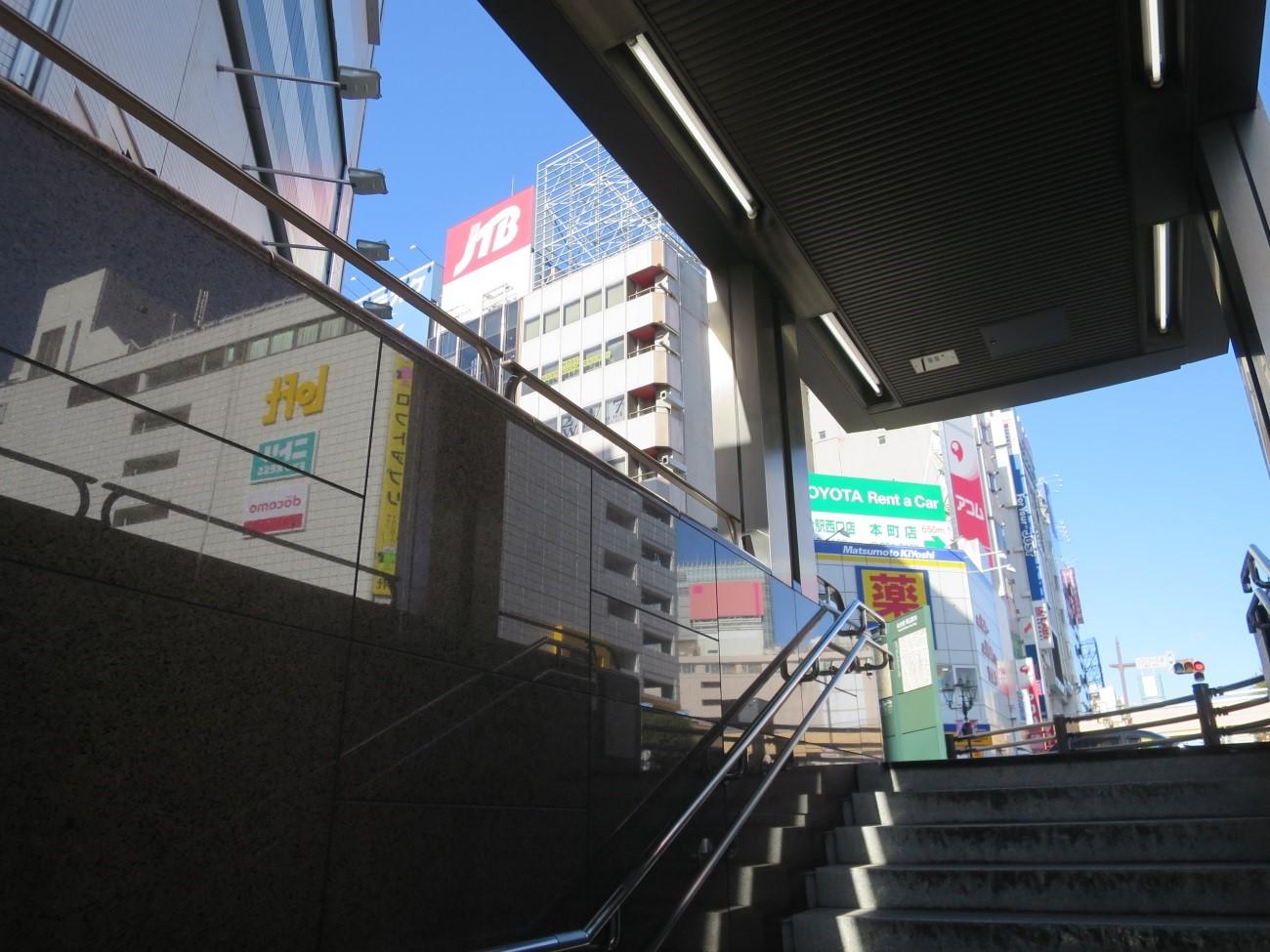 階段を上がるとJTBビルが目の前に見えます。ビルの7階です。